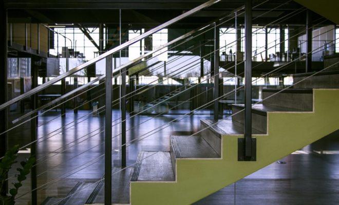 un escalier dans son open-space